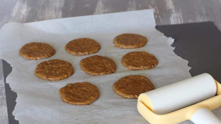 Accendete il forno a 180°C. Prendete l'impasto per il biscotto e stendetelo allo spessore di circa 3mm, poi ricavate 8 dischi uguali di circa 5 cm di diametro