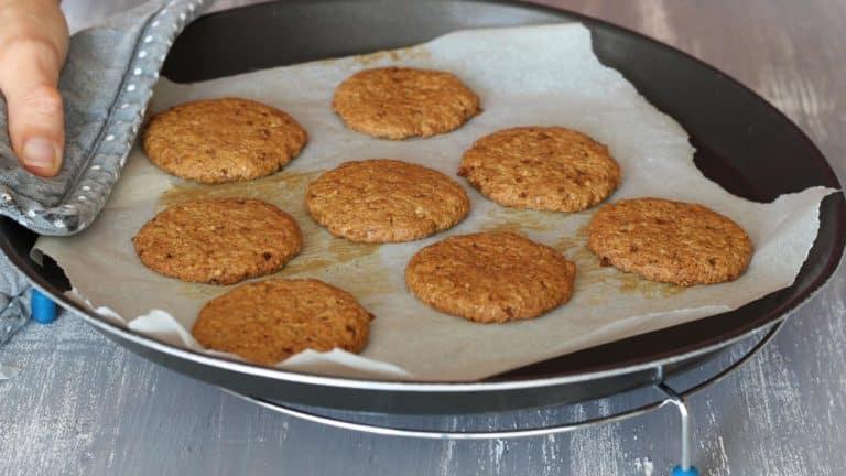 Cuocete i biscotti in forno a 180 gradi per 10 minuti, quindi sfornateli e lasciateli raffreddare completamente