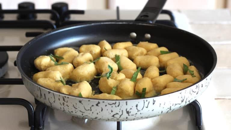 Ripassate gli gnocchi in padella a fuoco medio per 2 minuti con qualche foglia di salvia e Vallé Naturalmente, aggiungete una macinata di pepe e servite