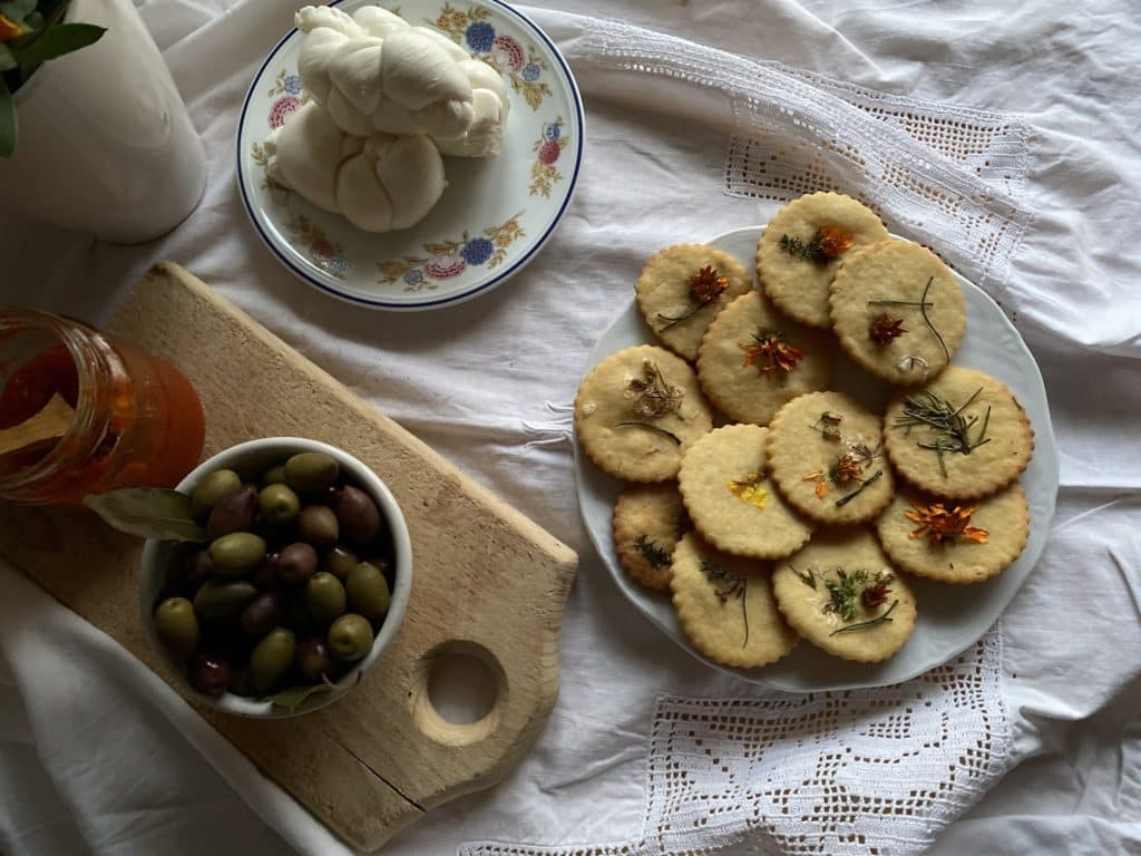 Biscotti di frolla al formaggio con erbe e fiori