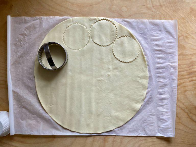 Con un tagliabiscotti o un coppapasta del diametro di circa 10 cm ritagliare tanti cerchi
