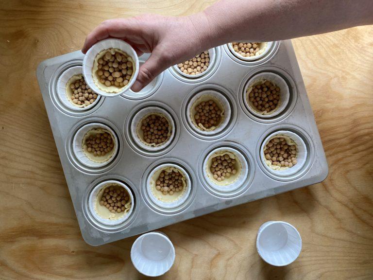 Posizionarli in una teglia per muffin e cuocere in forno a 180° per circa 15 minuti. Far raffreddare