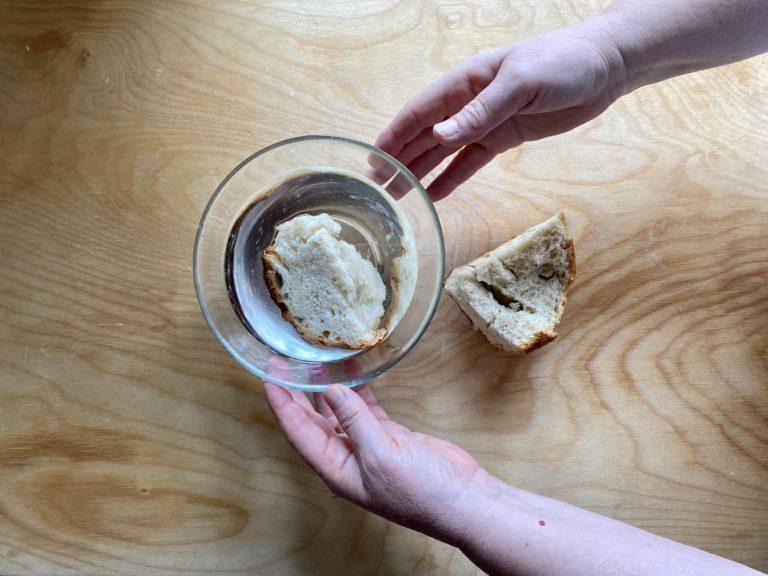 Mettete in ammollo il pane raffermo in acqua tiepida