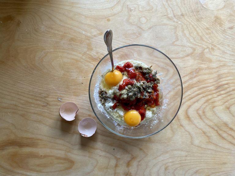 Aggiungere le uova e mescolare, amalgamando tutti gli ingredienti