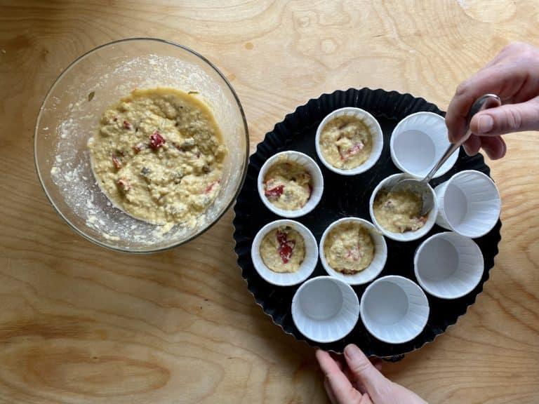 Riempire i pirottini da muffin per circa tre quarti