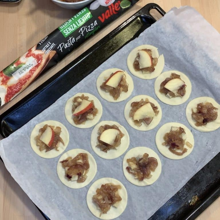 Un pezzetto di mela e un cubetto di gorgonzola a chiudere la mela per evitare che secchi troppo in cottura