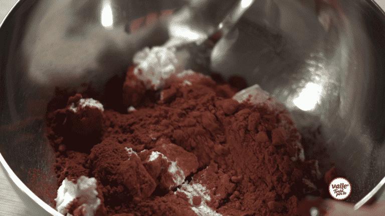 In una ciotola lavorare la ricotta con il cacao