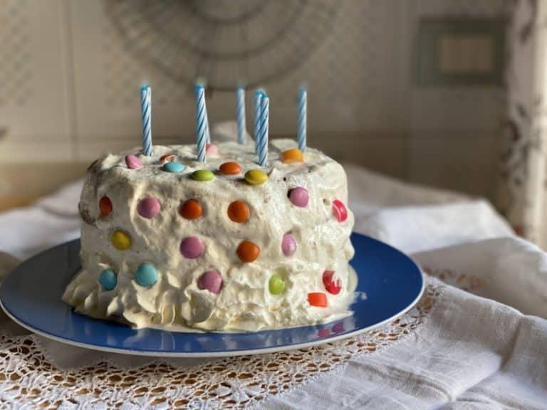 Quindi decorare la torta con panna e confettini colorati