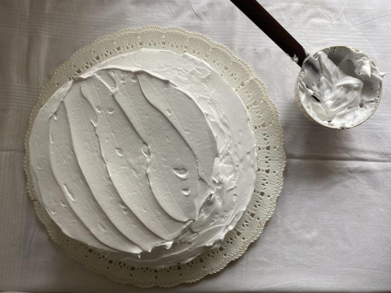 Tagliare in due (o più) dischi la torta e distribuire la panna. Ripetere le dosi, raddoppiandole , per la torta più grande utilizzando ovviamente una teglia di diametro maggiore (28 cm circa)