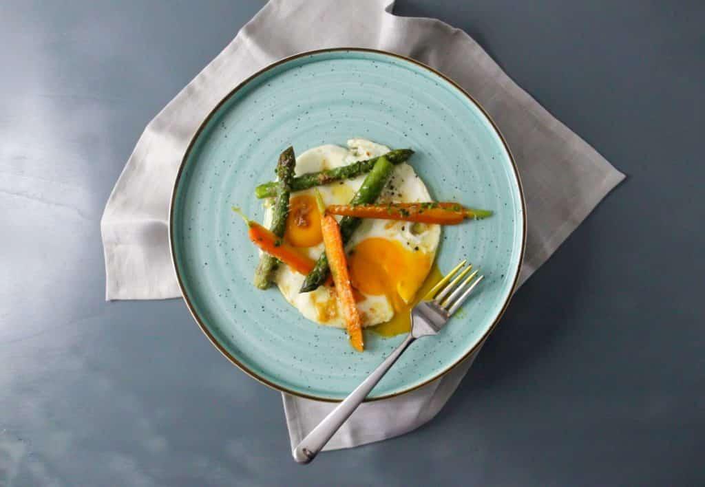 Uovo in cereghin, asparagi e carote brasati alle erbe