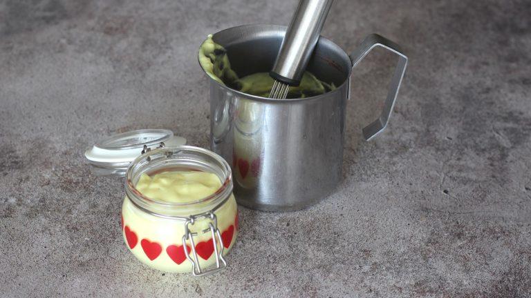Preparate la crema alla curcuma mescolando in un pentolino la fecola con l'acqua calda, usate una frusta per non formare grumi. Unite quindi la panna, sale e pepe a piacere e la curcuma, portate a bollore mescolando e cuocete, continuando a mescolare, per 5 minuti. Versate la crema in una ciotolina e mettetela da parte