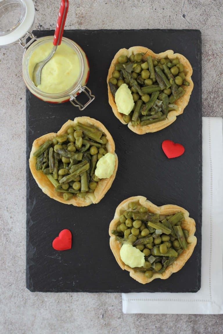 Disponete quindi le crostatine in un piatto e servitele con la crema alla curcuma
