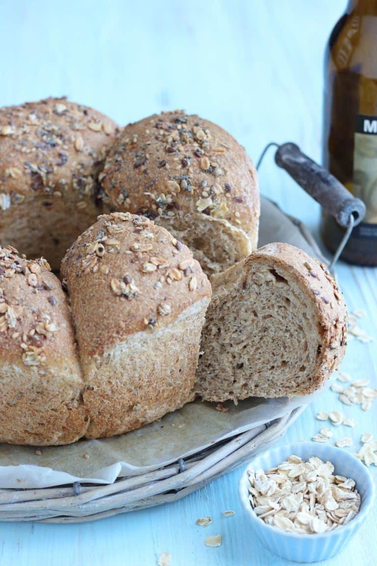 Sfornate e lasciate raffreddare nello stampo, prima di sformare il pane e servirlo