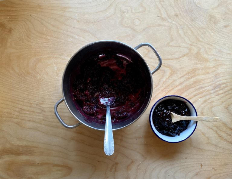 Aggiungere la confettura di ciliegie e mescolarle