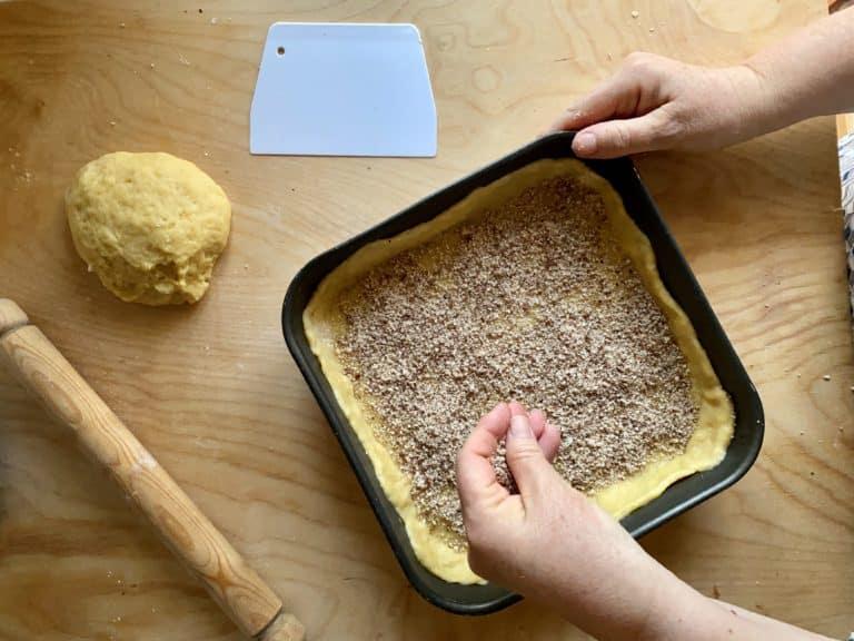 Distribuire la farina di mandorle sul fondo