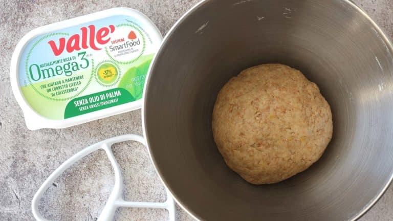 Aggiungete la bevanda vegetale e Vallé Omega 3 tagliata a pezzi, quindi impastate velocemente fino a ottenere un panetto omogeneo che farete riposare in frigo per 30 minuti<br />