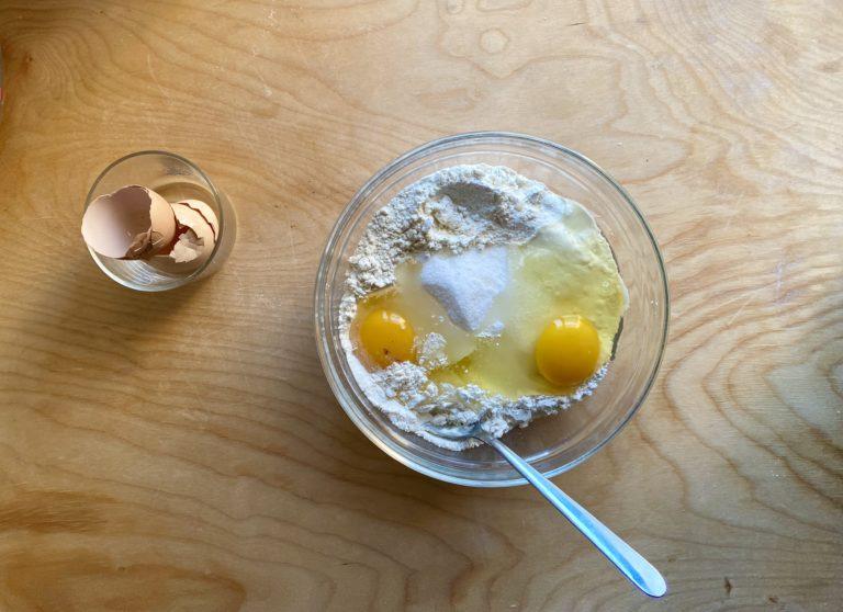 Rompere le uova una per volta