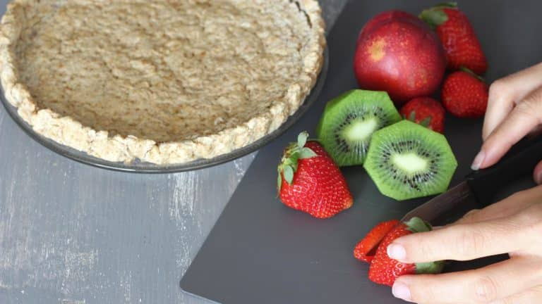Mentre la base cuoce lavate e tagliate la frutta a fettine. Sfornate la frolla e lasciatela raffreddare a temperatura ambiente