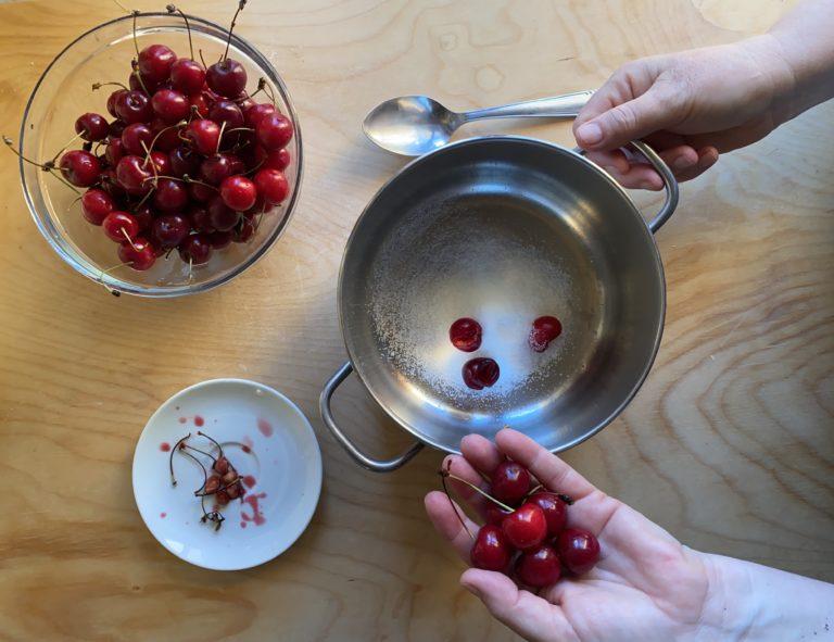 Nel frattempo snocciolare le ciliegie e cuocerle con lo zucchero fino a quando fuoriesce tutto il succo