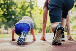corsa e camminata veloce con bambino