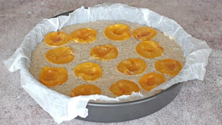 Versate l'impasto in una teglia di 22cm di diametro ricoperta con carta forno, adagiate sopra le susine con la parte tagliata rivolta verso l'alto ed infornate.<br />