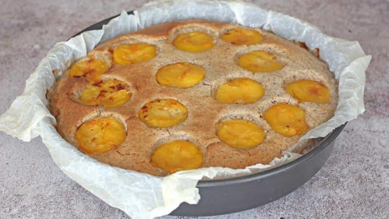 Lasciate cuocere la torta per 25 minuti quindi controllate con uno stecchino, infilandolo nell'impasto: se esce asciutto la torta è pronta, altrimenti proseguite la cottura per 5 minuti.