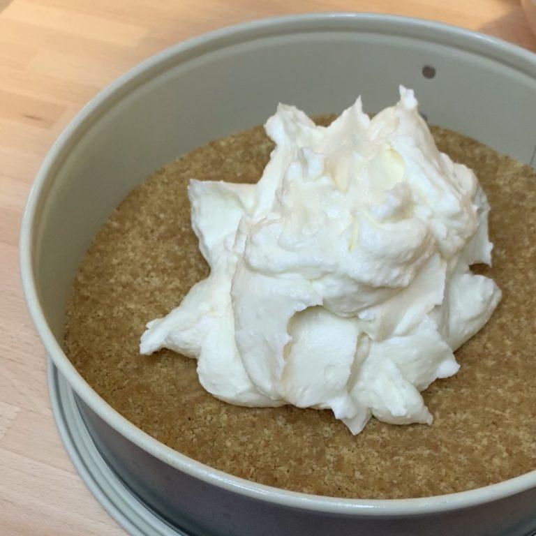 Versare la crema bianca sulla base di biscotti e livellare. Sistemare in frigorifero per 10 minuti