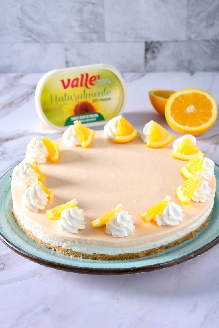 Estrarre e decorare la superficie con ciuffetti di panna e fettine di arancia. Mantenere successivamente in frigorifero per 2/3 giorni