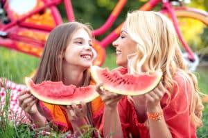 frutta estiva mamma e figlia che mangiano anguria