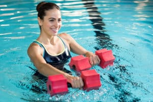 sport acquatici in acqua con pesi