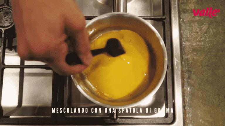 Per addensare cuocete il coulis in un pentolino mescolando con una spatola di gomma fino a che non si rapprende, il passion fruit è ricco di pectina e con il calore si addensa naturalmente<br />
