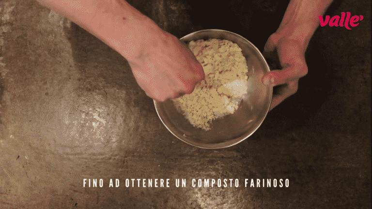 Con una forchetta mischiate velocemente il tutto fino ad ottenere un composto farinoso