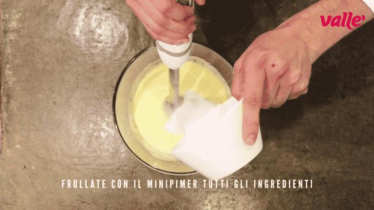 Nel frattempo, frullate con il minipimer tutti gli ingredienti della base cheesecake (va bene anche utilizzare una planetaria)
