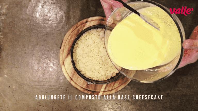 Una volta cotta la brisè, aggiungete il composto della base cheesecake e cuocete a 150° in forno statico per 40/45 minuti. Consiglio: per capire se la torta è cotta al punto giusto agitate delicatamente la tortiera, la torta deve ondeggiare appena