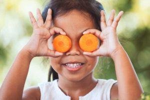 frutta e verdura arancio su occhi bambina
