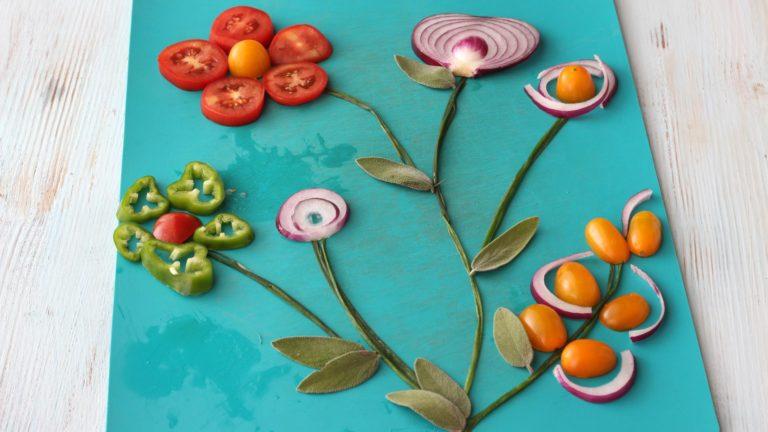 Se volete rendere la vostra focaccia davvero originale, componete un disegno con le verdure su un tagliere, poi trasferitelo sulla focaccia. Altrimenti disponete le verdure direttamente sull'impasto, a vostra fantasia.