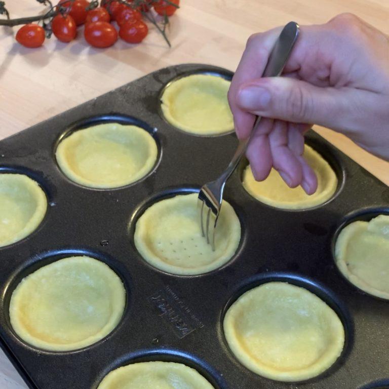 Cuocere in forno caldo a 170°C per circa 12-15 minuti o finchè belle dorate.<br /> Fare raffreddare per bene