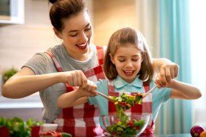 mamma e figlia che preparano insalata perfetta
