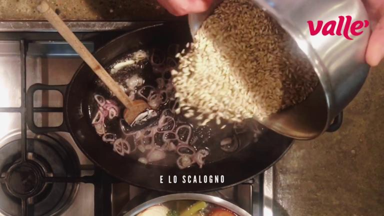 aggiungete il risotto, il sale pesato e tostatelo, sfumate con tutto il vino bianco e lasciatelo evaporare.