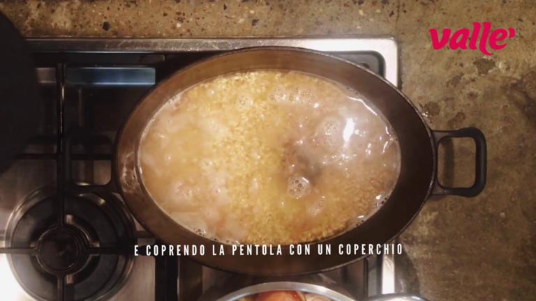 Proseguite la cottura del risotto aggiungendo tutto il brodo bollente e coprendo la pentola con un coperchio abbassando il fornello al minimo. Cuocete per 50 minuti dopodiché il riso sarà pronto per essere impiattato.