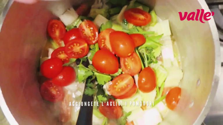 Aggiungete i pomodori, lo zafferano, il sedano e il prezzemolo con 300 ml di acqua fredda. Cuocete per 30 minuti.