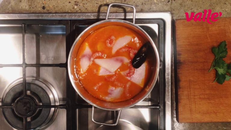 Rimettete il liquido sul fuoco e fate ridurre di 2/3 e adagiare tutti i pesci e i molluschi nel pentolino cuocendoli al massimo per 3 minuti.