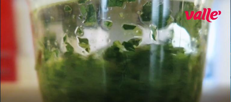 Per la clorofilla: frullate acqua e prezzemolo per 1 minuto in modo da estrarre la clorofilla.