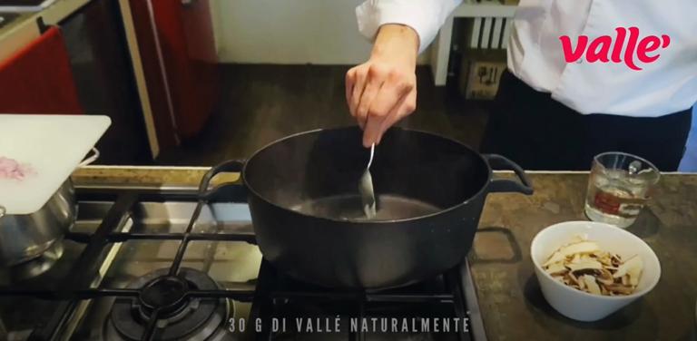 Rosolate in casseruola da risotto lo scalogno tritato e 30 g di Vallé Naturalmente, aggiungete il risotto, il sale pesato, i funghi porcini secchi e tostatelo; sfumate con tutto il vino bianco e lasciatelo evaporare.