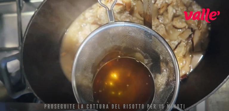 Proseguite la cottura del risotto per 15 minuti, aggiungendo gradualmente il brodo vegetale bollente.