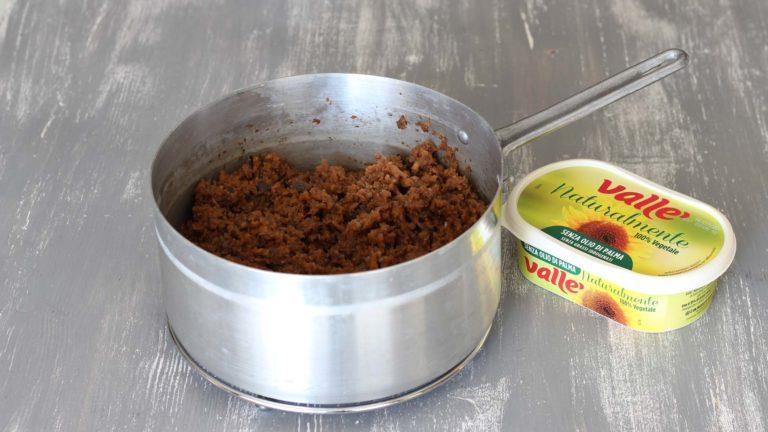 Mettete in una pentola dai bordi alti un cucchiaio di Vallé Naturalmente e fatela riscaldare a fuoco medio. Unite il trito di verdure, sale e pepe a piacere e fate cuocere a fiamma viva per 5 minuti, mescolando ogni tanto. Coprite con la passata di pomodoro e fate cuocere 15 minuti, per ottenere il ragù.