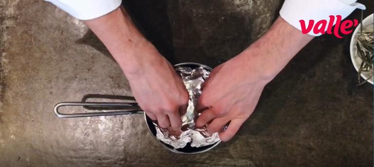Foderate un contenitore con della carta stagnola e metteteci dentro l'ulivo sbriciolato.