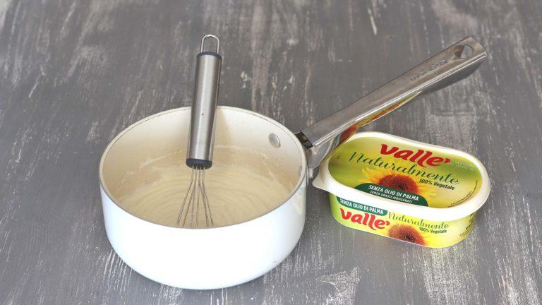 Nel frattempo preparate la besciamella: mettete in un tegame dal fondo spesso Vallé Naturalmente, la farina di riso ed un goccio di latte di riso. Mescolate con una frusta fino a ottenere una crema omogenea, a cui unirete il restante latte di riso, sale pepe e noce moscata. Fate bollire mescolando ogni tanto per 10 minuti, poi mettete da parte.