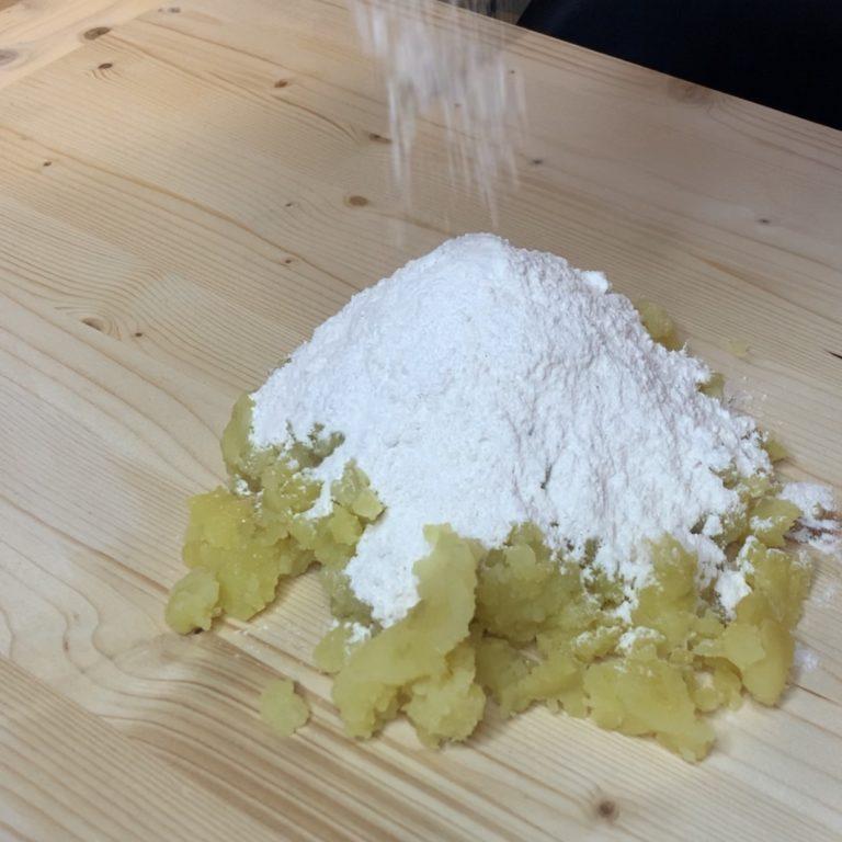 Iniziamo inserendo le patate con la buccia in una pentola capiente con acqua e sale grosso a piacere. Portiamo a bollore e facciamo cuocere finchè saranno morbide, serviranno all'incirca 30 minuti.