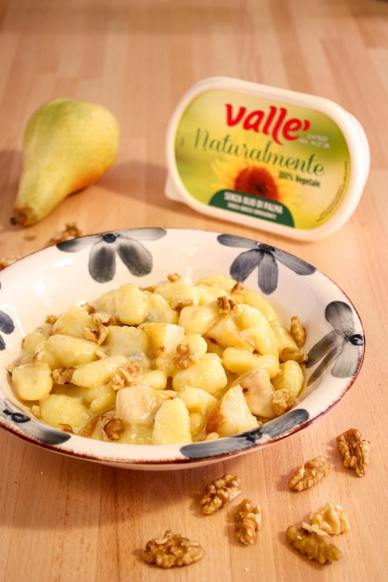 Cuociamo gli gnocchi, uniamo alla crema di gorgonzola, aggiungiamo i cubetti di pere caramellate e spolverizziamo la superficie con pezzetti di noce.